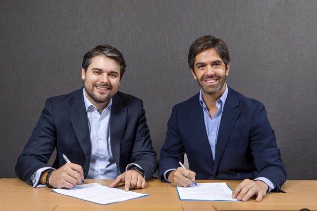Borja Oria (derecha), Managing Partner de Banca de Inversión de Arcano Partners y Joaquín Durán (izquierda), Fundador y Partner de BlueBull, firrman el acuerdo de integración de BlueBull en Arcano