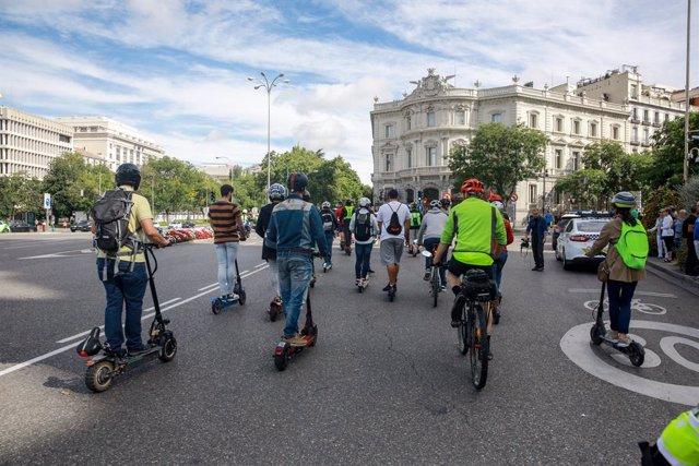 Diverses persones amb patinets elèctrics a Madrid, en una imatge d'arxiu.