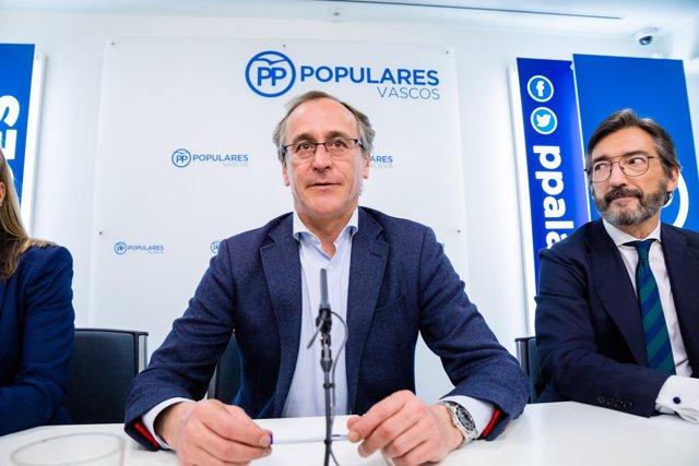 (I-D) El expresidente del Partido Popular del País Vasco, Alfonso Alonso; y el presidente del PP de Álava, Iñaki Oyarzabal de Miguel, durante una reunión en Vitoria de la Junta Directiva del PP vasco