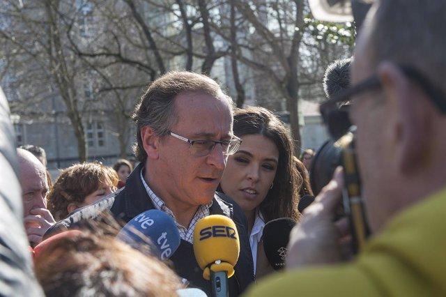 El president del Partit Popular del País Basc, Alfonso Alonso, després de l'ofrena floral en record de Fernando Buesa i el seu escorta Jorge Díaz, assassinats per ETA en un atemptat amb cotxe bomba fa 20 anys, a Vitòria (Espanya), 22 de febrer del 2020.