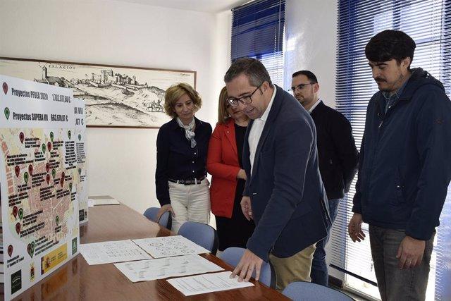 El alcalde de Los Palacios (Sevilla), Juan Manuel Valle, en una reunión de trabajo sobre inversiones del plan Supera VII y el Pfoea.