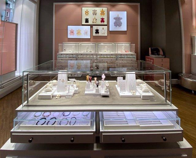 Interior d'una botiga de Tous a Madrid el mateix dia en què s'ha conegut que l'Audiència Nacional investiga aquesta marca per una presumpta estafa per l'absència de farciment metàl·lic en les joies que venen, Madrid (Espanya), 21 de gener del 2020.