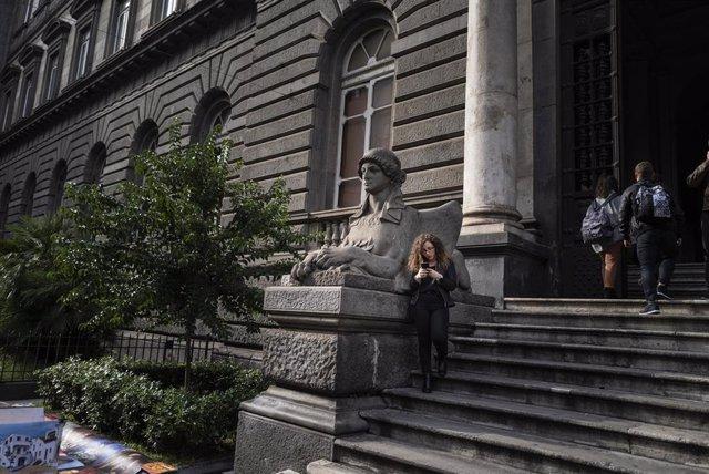 Una estudiante, en una escalinata de la Universidad de Nápoles, en Italia.