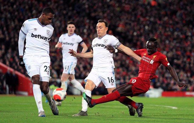 El jugador del Liverpool Sadio Mané ante los futbolistas del West Ham United Mark Noble e Issa Diop