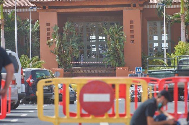 Entrada del hotel de Adeje (Tenerife) custodiado por la Policía en el que se alojaba el infectado por coronavirus