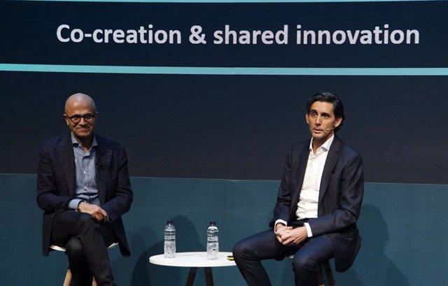 El consejero delegado de Microsoft, Satya Nadella, y el presidente ejecutivo de Telefónica, José María Álvarez-Pallete, en su intervención en el Mobile World Congress (MWC) de Barcelona de 2019.
