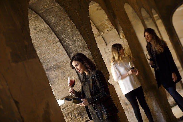 Una serie de jovenes toman vino de Rioja