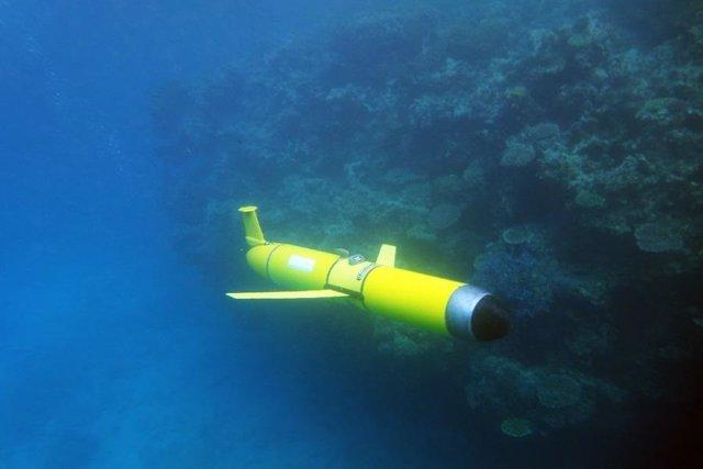 Un planeador submarino recoge información oceanográfica sobre un arrecife de coral.