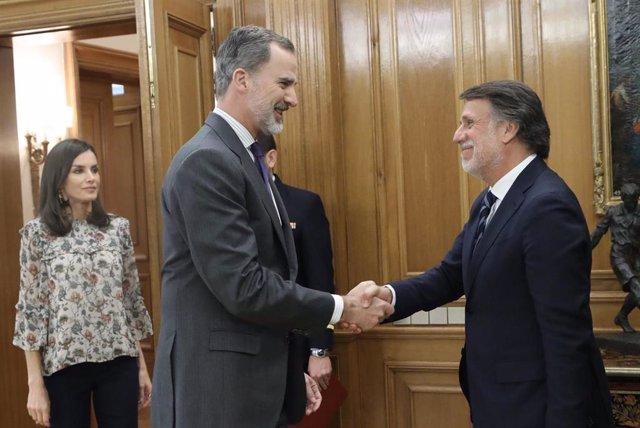 Los Reyes reciben al Consejo de Administración de Atresmedia, encabezado por su presidente, José Creuheras.