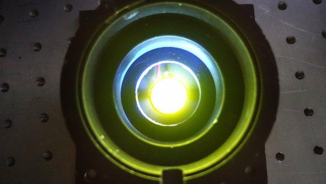 LED con el material que contiene las proteínas fluorescentes.