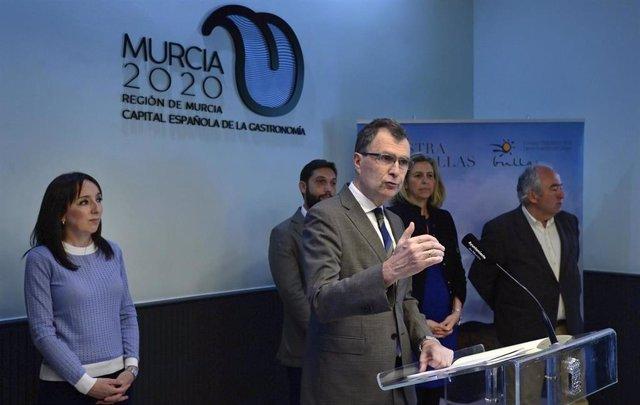 El alcalde de Murcia, José Ballesta, junto con el presidente del Consejo Regulador D.O.P. Bullas, Francisco Carreño, y la alcaldesa de Bullas, María Dolores Muñoz, presenta las actividades de la XIII Muestra de Vinos D.O.P. Bullas