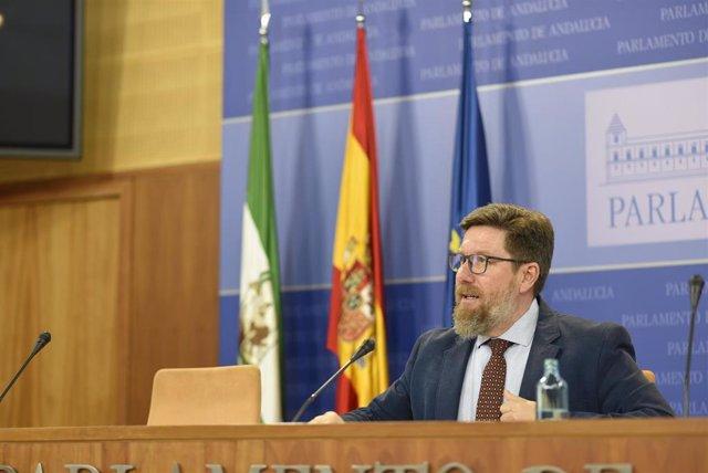 El portavoz adjunto del Grupo Parlamentario Socialista Rodrigo Sánchez Haro, en rueda de prensa.