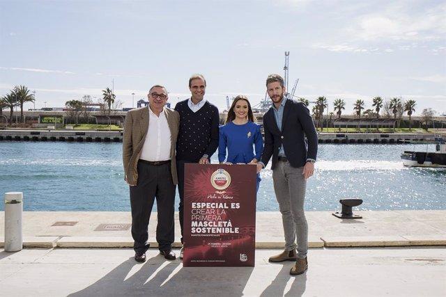 De izquierda a derecha: Vicent Llorens, director del Consorcio de La Marina; Consuelo Llobell, Fallera Mayor de València; Ricardo Caballer, maestro pirotécnico de RICASA y Daniel Quer, responsable de marketing de Amstel.