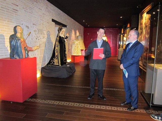 El director científico del Alma Mater Museum, Sergio Blanco, y el vicepresidente de la Junta Coordinadora de Cofradías de Zaragoza, Ignacio García.