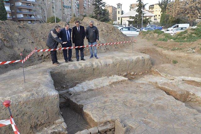 Imagen de la visita a las excavaciones en la plaza Poeta Rafael Guillén