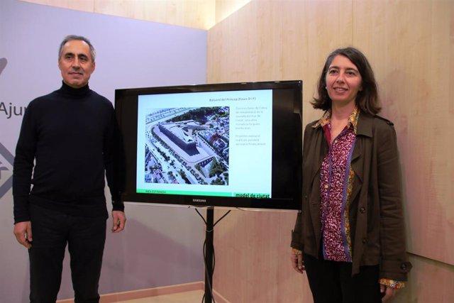 La regidora de Modelo de Ciudad, Vivienda Digna y Sostenibilidad, Neus Truyol, junto con el gerente de Urbanismo, Joan Riera, en rueda de prensa