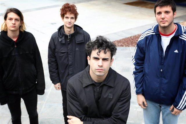 (I-D) Los componentes de 'Carolina Durante': Martín Vallhonrat (bajo), Juan Pedrayes (batería) y Mario del Valle (guitarra). Delante de ellos, Diego Ibáñez (voz), un día antes de la publicación de su primer disco 'Carolina Durante'.