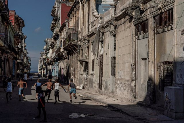 Uns nens juguen en un carrer de l'Havana (Cuba)
