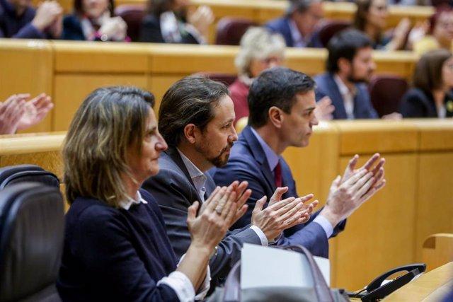 (I-D) La vicepresidenta cuarta y ministra para la Transición Ecológica y el Reto Demográfico, Teresa Ribera, el vicepresidente del Gobierno, Pablo Iglesias, y el presidente del Gobierno, Pedro Sánchez, durante la segunda sesión de control de esta legislat