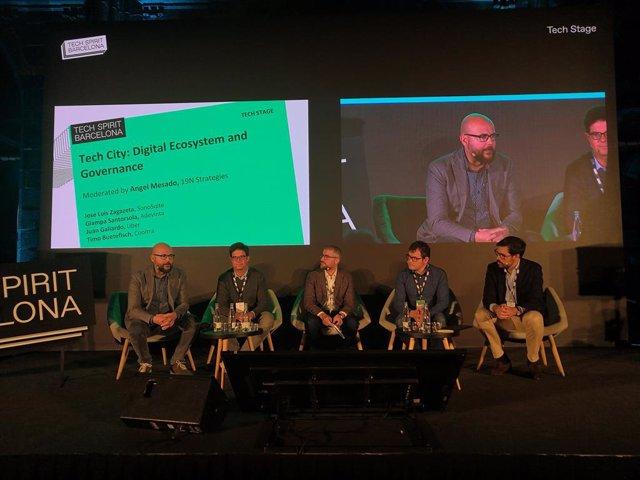 Taula rodona amb el cofundador i conseller delegat de Cooltra, Moti Buetefish; el director d'Uber a Espanya, Juan Galiardo; el conseller delegat d'Adevinta Spain, Gianpaolo Santorsola, i el conseller delegat de SonoSuite, Jose Luis Zagazeta.