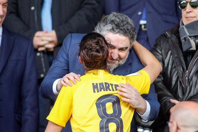 El ministro de Cultura y Deporte, José Manuel Rodríguez Uribes, saluda a la jugadora Marta Torrejón, del FC Barcelona, tras la final de la Supercopa de España contra la Real Sociedad en El Helmántico