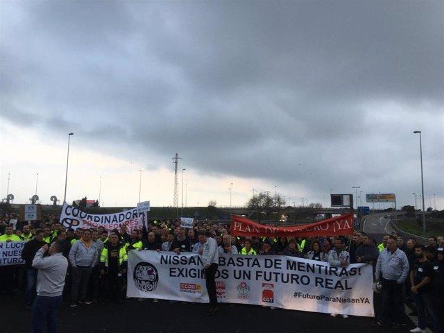 Más de un millar de trabajadores de Nissan cortan la Ronda Litoral de Barcelona