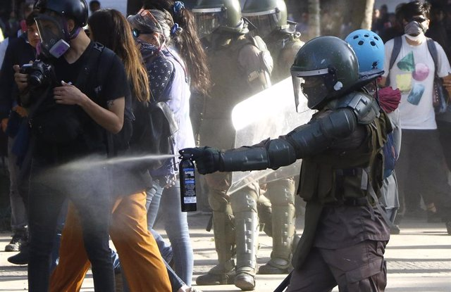 Enfrentamientos entre manifestantes y carabineros en el Festival de la Canción de Viña del Mar (Chile)
