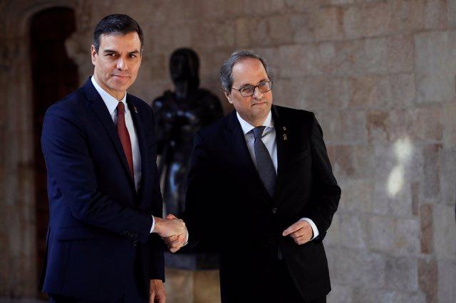 El presidente de la Generalitat, Quim Torra (dech) y presidente del Gobierno, Pedro Sánchez (izq), posan juntos antes de su reunión, en Barcelona /Catalunya (España), a 6 de febrero de 2020.