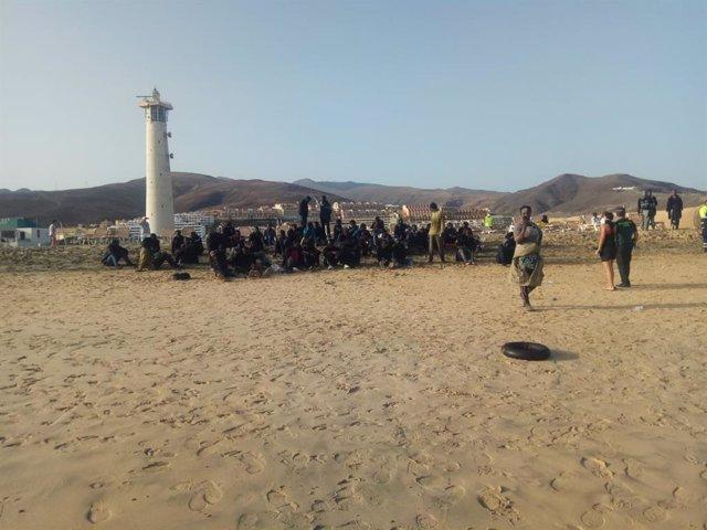 La Guardia Civil atiende a los migrantes llegados a Fuerteventura este martes en una embarcación neumática