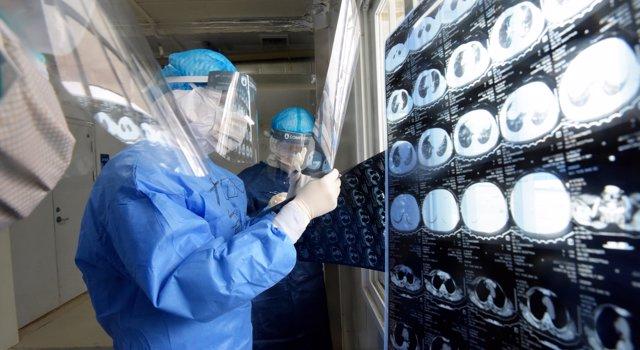 Médicos militares observan pruebas médicas realizadas a pacientes enfermos de coronavirus en China, a 1 de febrero de 2020.