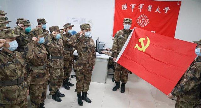 Médicos militares juran antes de ir a Wuhan (China) en la lucha contra la epidemia del coronavirus, en China.