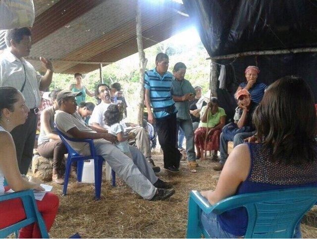 La viceministra de Costa Rica, Ana Gabriel Zúñiga Aponte, con indígenas en Salitre