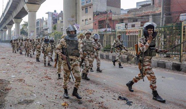 Agentes de la Policía de India desplegados para controlar los enfrentamientos que en los últimos tres días se están produciendo en Nueva Delhi tras la aprobación de la polémica ley de ciudadanía.
