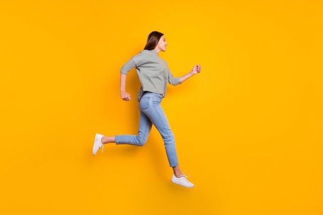 Mujer alegre, corriendo.