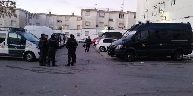Agentes de la Guardia Civil contra el tráfico de droga en Barbate