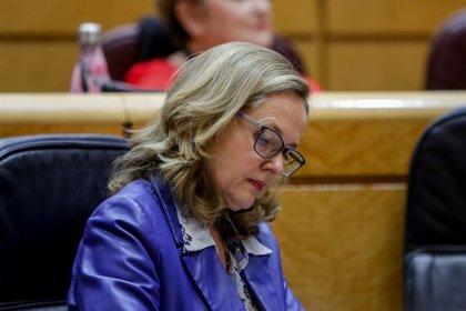"""Calviño defiende la 'tasa Google' para tener """"bienestar de primera"""" y el PP le acusa de """"azuzar"""" aranceles"""