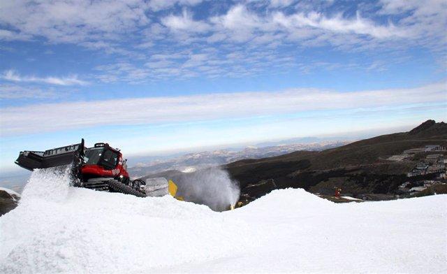 Imagen de la preparación de la pista de snowboard en Sierra Nevada