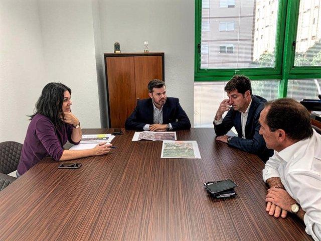 El consejero de Cooperación Municipal y Vivienda del Cabildo de Tenerife, Zebenzuí Chinea, se reúne con el alcalde de Santiago del Teide, Emilio Navarro, para analizar el plan de saneamiento