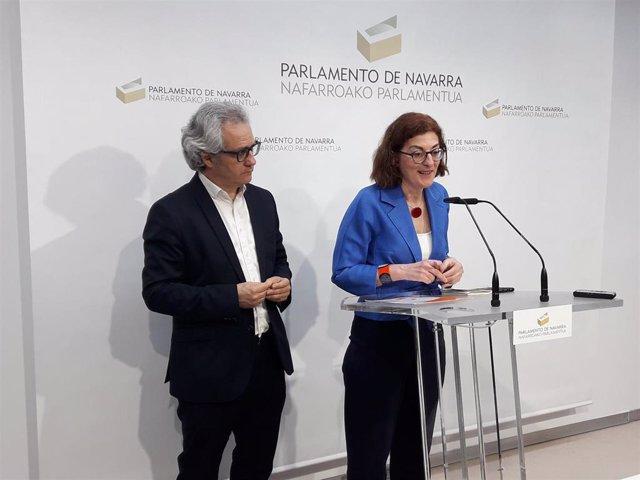 La eurodiputada de Ciudadanos Maite Pagazaurtundua y el portavoz de Ciudadanos en Navarra, Carlos Pérez-Nievas, en una rueda de prensa en el Parlamento de Navarra.