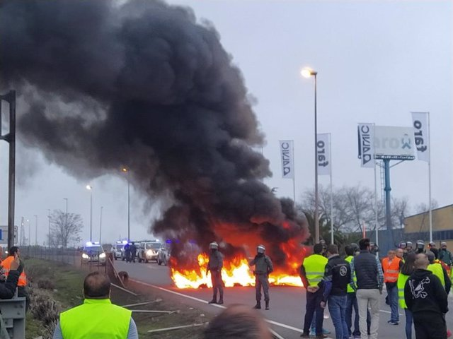 Neumáticos ardiendo en el corte del pasado 30 de enero en la A-4