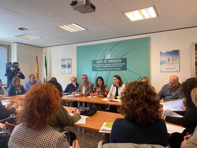 La directora general de Coordinación de Políticas Migratorias de la Junta, María del Mar Ahumada, y la delegada territorial de Turismo, Regeneración, Justicia y Administración Local, Nuria Rodríguez, se reúnen con entidades sociales y ayuntamientos.