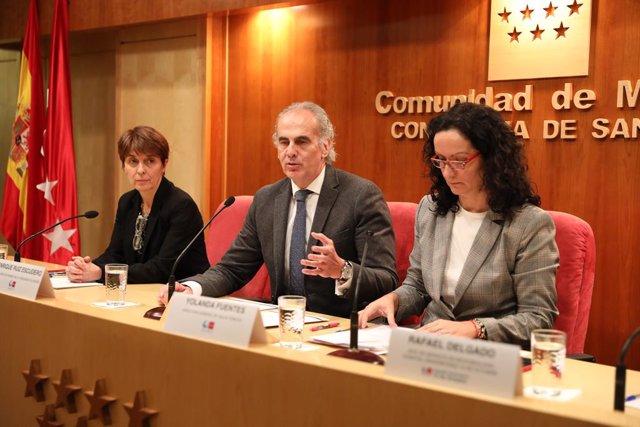 El conseller de Sanitat, Enrique Ruiz Escudero (centre), compareix per informar sobre el primer cas de coronavirus confirmat a Madrid acompanyat de la directora de Salut Pública de la Conselleria de Sanitat, Yolanda Fonts (dcha), i la sotsdirectora mé