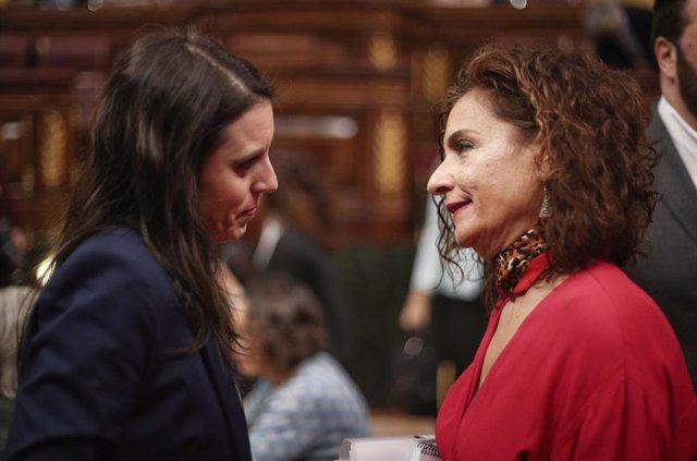 La ministra de Igualdad, Irene Montero  y la portavoz del Gobierno y ministra de Hacienda, María Jesús Montero, durante la sesión plenaria en el Congreso