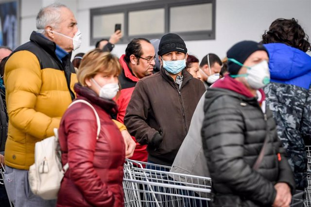 23 February 2020, Italy, Casalpusterlengo: People with surgical masks queue in front of a supermarket for supplies in an area where the spread of the coronavirus has been detected. Photo: Claudio Furlan/LaPresse via ZUMA Press/dpa