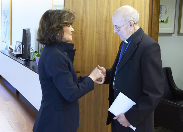 La vicepresidenta primera y ministra de la Presidencia, Relaciones con las Cortes y Memoria Democrática, Carmen Calvo, saluda al presidente de la Conferencia Episcopal Española, Ricardo Blázquez, con quien ha mantenido una reunión