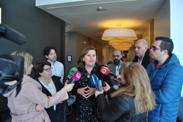 La consejera de Educación, Cultura y Deportes, Rosa Ana Rodríguez, atiende a los medios.