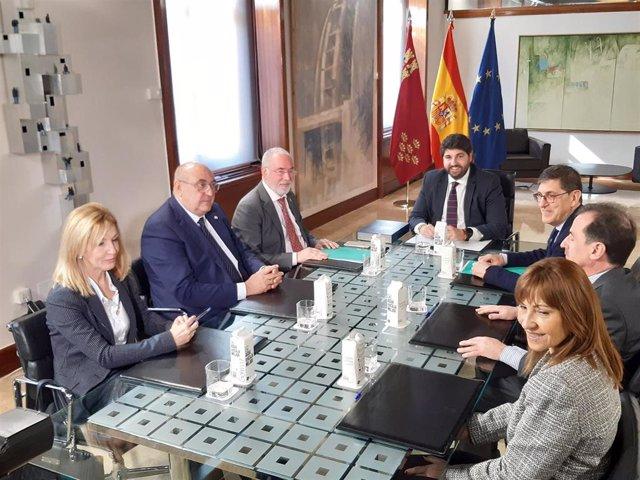 Imagen de la reunión de MIralles y su Junta Directiva con el presidente de la Comunidad