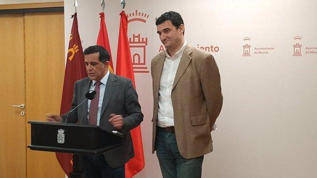 Los portavoces del PSOE, José Antonio Serrano, y de Podemos-Equo, Ginés Ruiz