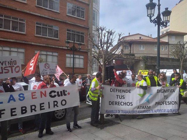 Concentración de profesores de autoescuelas ante la delegación de la DGT en Vigo, en una jornada de paro convocada por el incumplimiento del convenio  y por sus condiciones laborales.