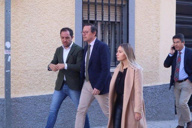 El portavoz del Grupo parlamentario en la Asamblea de Madrid, Alfonso Serrano, y la portavoz municipal en Fuenlabrada, Noelia Núñez, recorren las calles del municipio.
